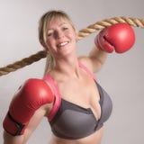 Tragender Sport-BH des Boxers mit roten Handschuhen Lizenzfreie Stockbilder