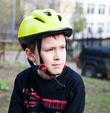 Tragender Sturzhelm des ernsten Jungen Lizenzfreie Stockfotografie