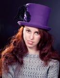 Tragender violetter Hut der Frau im Retro- oder feenhaften stlyle stockbilder