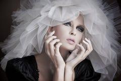 tragender weißer Hut der jungen Schönheit Stockfotografie