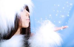 Tragender weißer Pelz des Wintermädchens lizenzfreie stockbilder