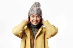 Tragender Wintermantel der jungen Frau lokalisiert ?ber wei?em Hintergrund lizenzfreie stockbilder