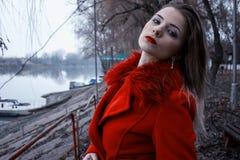 Tragender Wintermantel des jugendlich Mädchens Lizenzfreies Stockbild