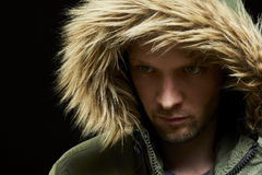 Tragender Wintermantel des Mannes Stockfotografie