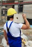 Tragender Ziegelstein der manuellen Arbeitskraft Lizenzfreies Stockbild