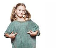Tragendes übergroßes T-Shirt des kleinen Mädchens. stockbild