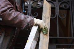 Tragendes Arbeitskraftgesamtes des Bauarbeiters mit der Wand, welche die Werkzeuge erneuern Apartmenthaus vergipst Gipser, der wa Stockfotografie