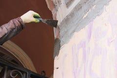 Tragendes Arbeitskraftgesamtes des Bauarbeiters mit der Wand, welche die Werkzeuge erneuern Apartmenthaus vergipst Gipser, der wa Lizenzfreie Stockfotos