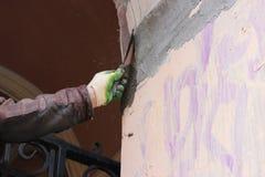 Tragendes Arbeitskraftgesamtes des Bauarbeiters mit der Wand, welche die Werkzeuge erneuern Apartmenthaus vergipst Gipser, der wa Lizenzfreie Stockfotografie