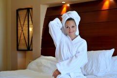Tragendes Badkleid der jungen Frau Lizenzfreies Stockfoto