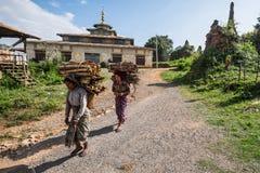 Tragendes Brennholz des Porträts am 15. Oktober in Birma: Der Transport Stockfotos
