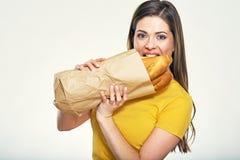Tragendes Brot der Frau von der Einkaufstasche Stockfoto