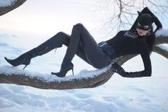 Tragendes catsuit und Schablone der Frau Stockfoto