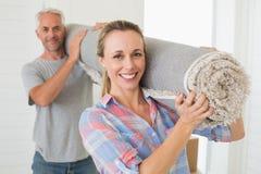 Tragendes des glücklichen Paars zusammen gerollt herauf Wolldecke Stockfoto