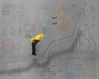 Tragendes Geld des Geschäftsmannes auf Zeichnungspfeil mit Gekritzeln Stockfotos