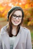Tragendes Glaslächeln der jungen Frau Stockfotografie