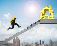 Tragendes Gold USD des Geschäftsmannes auf Treppe zum Geld, das Haus stapelt Stockbild