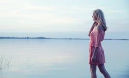 Tragendes hübsches Kleid der empfindlichen Blondine Lizenzfreie Stockfotos