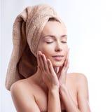 Tragendes Haartuch der Badekurorthautsorgfalt-Schönheitsfrau nach Schönheitsbehandlung Schöne gemischtrassige junge Frau mit perf lizenzfreie stockfotos