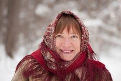Tragendes Halstuch der Frau im Winter Stockbild