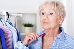 Tragendes Hemd älterer Dame Stockfoto