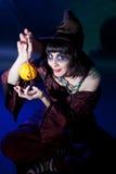 Tragendes Hexekostüm des Mädchens. Halloween Lizenzfreie Stockbilder
