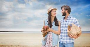 Tragendes Huhn und Eier des glücklichen Paars am Strand Stockfotos
