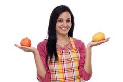 Tragendes Küchenschutzblech der jungen Frau Stockfotos