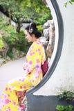 Tragendes Kimonospiel traditioneller asiatischer japanischer Frau Geisha in einem graden Lizenzfreie Stockfotos
