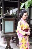 Tragendes Kimonospiel traditioneller asiatischer japanischer Frau Geisha in einem graden Lizenzfreie Stockfotografie