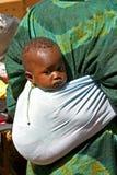 Tragendes Kind der Frau in Mali Stockbilder