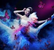Tragendes Kleid der Schönheitsfrau lizenzfreies stockfoto