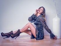 Tragendes Kleid der sexy Schönheit lizenzfreie stockbilder