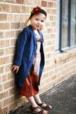 Tragendes Kleid des kleinen Mädchens Lizenzfreie Stockbilder