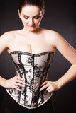 Tragendes Korsett der schönen Frau stockfotografie