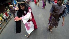 Tragendes Kreuz Jesuss Christus gepeitscht auf Straße
