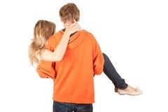 Tragendes Mädchen des Freundes in seinen Armen Stockfotos