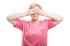 Tragendes Rosa der weiblichen Krankenschwester scheuert Bedeckungsaugen wie blindes concep Stockfotografie