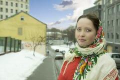 Tragendes russisches Kopftuch der schönen Frau Stockbilder