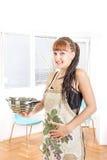 Tragendes Schutzblech der schwangeren Hausfrau der Junge im Küchenlächeln Stockbild