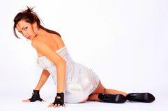 Tragendes silbernes Kleid der attraktiven Frau Lizenzfreie Stockfotografie