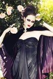Tragendes silk Kleid der schönen Frau Stockfoto