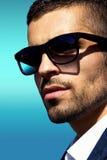 Tragendes Sonnenbrilleporträt des Mannes Stockfotografie