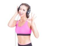 Tragendes Sportkleidungs- und Kopfhörerblinzeln des Mädchens Stockfotos