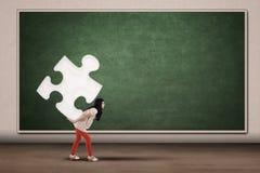 Tragendes Stück des Studenten des Puzzlespiels Stockfoto