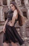 Tragendes stilvolles Kleid des Designers der Schönheitsmodefrau in der abadoned Stadt Lizenzfreies Stockfoto