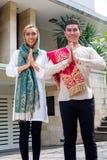Tragendes Trachtenkleid der asiatischen moslemischen Paare Stockfotos