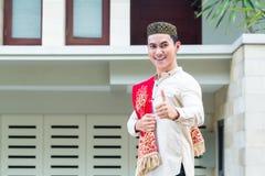 Tragendes Trachtenkleid des asiatischen moslemischen Mannes Stockfoto