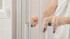 Tragendes Tuch der Frau geht aus Duschkabine heraus stock video footage
