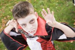 Tragendes Vampirkostüm des Jungen auf Halloween lizenzfreie stockfotos